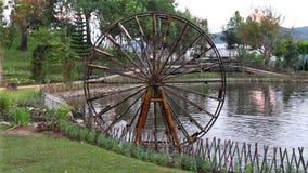 De houten waterturbine roteert bij het Nationale Park van Doi Inthanon stock videobeelden