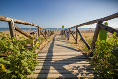 De houten weg van Nice aan strand, zonnige dag Stock Afbeelding
