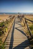De houten weg van Nice aan strand, zonnige dag Royalty-vrije Stock Foto's