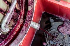 De houten wijnpers met rood moet voor het drukken van druiven Royalty-vrije Stock Foto's