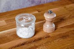De houten zoute kruik van het pepermolenglas Stock Fotografie