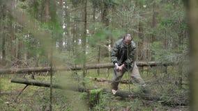 De houthakker hakt droge gevallen boom stock videobeelden
