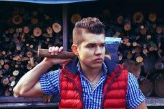 De houthakker kleedde zich in Canadese stijl met een bijl Royalty-vrije Stock Fotografie