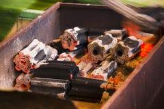De houtskoolbrand is heet in de oven stock fotografie