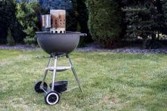De houtskoolgrill die van de ketelbarbecue BBQ roosteren die zich op gras klaar voor actie bevinden royalty-vrije stock foto
