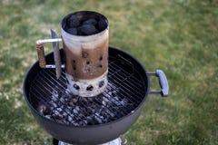 De houtskoolgrill die van de ketelbarbecue BBQ roosteren die zich op gras klaar voor actie bevinden stock foto