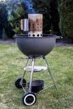 De houtskoolgrill die van de ketelbarbecue BBQ roosteren die zich op gras klaar voor actie bevinden stock fotografie