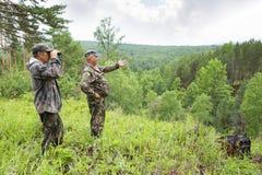 De houtvester kijkt door verrekijkers royalty-vrije stock afbeeldingen