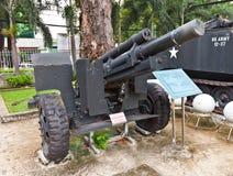 De houwitser van de V.S. M101. Het Museum van oorlogsresten, Ho Chi Minh Stock Foto's