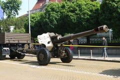 De houwitsers van artilleriestukken D-20 152 mm op militaire hardwareparade Stock Afbeelding