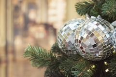 De Hristmasboom met ballen van de vakantie de zilveren disco en de lichten met exemplaar plaatsen op vage bokeh achtergrond in bi Royalty-vrije Stock Fotografie
