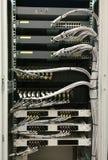 De HUB en ethernet de kabels van de netwerkschakelaar stock afbeelding