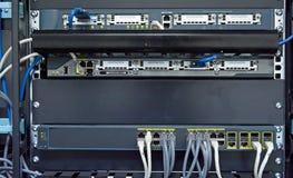 De hub en het flardkabels van het netwerk Stock Afbeeldingen