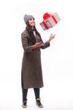 De huidige doos van de donkerbruine meisjesvangst in handen Stock Afbeeldingen