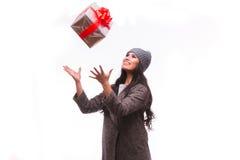 De huidige doos van de donkerbruine meisjesvangst in handen Stock Fotografie