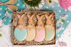 De huidige doos van de familievakantie, giftkaart, Pasen-konijnen honing-cake Stock Foto's