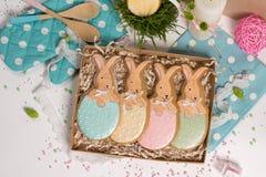 De huidige doos van de familievakantie, giftkaart, Pasen-konijnen honing-cake Stock Foto