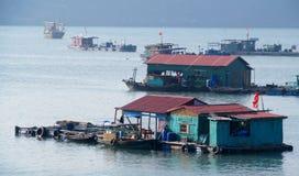 De huisboten in Ha snakken Baai dichtbij Cat Ba-eiland, Vietnam Royalty-vrije Stock Foto