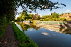 De huisboten op het Kennet en Kanaal van Avon in Hungerford is een historische marktstad en een burgerlijke parochie in Berkshire Royalty-vrije Stock Afbeeldingen