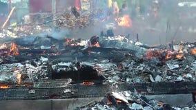 De huisbrand brandde Dit Huis aan de Grond stock footage