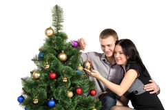 De huiselijk man en de vrouw, kleden omhoog een Kerstboom Stock Afbeelding