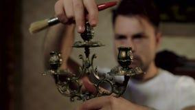 De huiskerel doet de restauratie van zijn antiquiteiten stock videobeelden