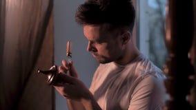 De huiskerel doet de restauratie van zijn antiquiteiten stock video