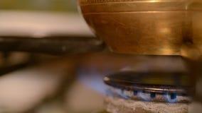 De huiskoffie in fornuis stock videobeelden