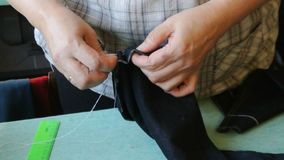 De huisnaaister maakt inleidende handhechting De vrouwelijke handen steken jeans in de schede stock videobeelden