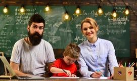 De huisprivé-leraar die jongen met studies helpt die moderne laptop, Leraar met behulp van begint de les, Moderne leraar hipster  royalty-vrije stock foto's