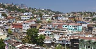 De huisvesting van de krottenwijk in de stad van Valparasio - Chili stock afbeeldingen