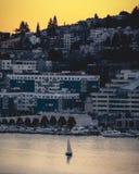 De Huisvestingsweergeven van de Waterkant van Seattle van het Avontuur van de Zonsondergangzeilboot royalty-vrije stock foto