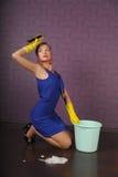 De huisvrouw maakt de vloer schoon stock afbeeldingen