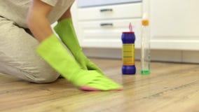 De huisvrouw maakt hevig parketvloeren schoon stock video