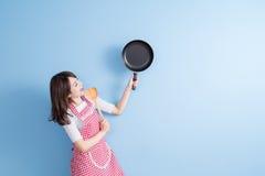 De huisvrouw neemt wok en lepel Stock Foto's