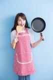 De huisvrouw neemt wok en lepel Royalty-vrije Stock Afbeelding
