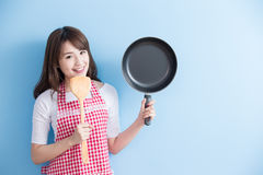 De huisvrouw neemt wok en lepel Royalty-vrije Stock Foto's