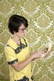 De huisvrouwen retro vrouw die van Nerd uitstekende telefoon spreekt Stock Afbeelding