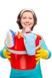 De huisvrouwenholding dient een emmer met het schoonmaken van producten in Royalty-vrije Stock Afbeelding