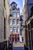 De Huizen Amsterdam van Ouderzijdseachterburgwal Chanal in de lente Stock Afbeelding