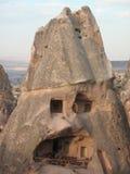 De huizen bouwden de bergen van capadocia in Stock Fotografie