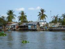 De huizen in cai zijn Vietnam langs de Mekong rivier deltavietnam Stock Afbeeldingen