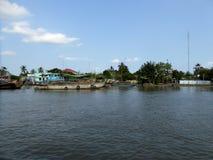 De huizen en de boten in cai zijn Vietnam langs de Mekong rivier deltavietnam Stock Foto's