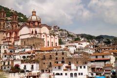 De huizen en de Kerk van Taxco Stock Afbeeldingen