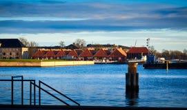 De huizen met rode daken dichtbij haven in Kopenhagen, Denemarken stock afbeelding