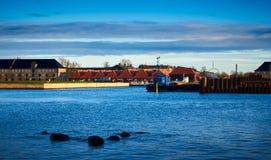 De huizen met rode daken dichtbij haven in Kopenhagen, Denemarken stock fotografie
