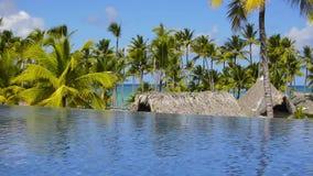 De huizen op het strand onder palmen stock video