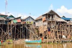 De huizen op stelten waarin de mensen in het dorp op de meertoon lesap leven, Siem oogsten, Kambodja Stock Foto's