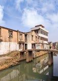 De huizen in traditionele stijl dachten in een kanaal, Wenzhou, Zhejiang-Provincie, China na Stock Afbeeldingen
