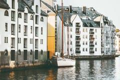 De huizen van de Alesundstad in cityscape van Noorwegen Stock Foto